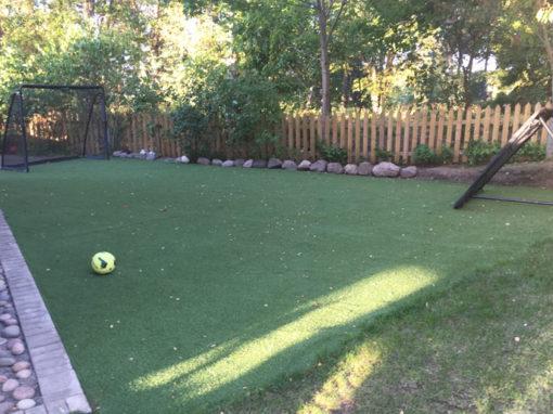 Fotbollsplan i trädgård i Sollentuna