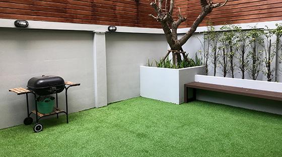 Se video om installation av konstgräs på innergård